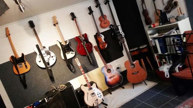Anders Schagers vägg av gitarrer